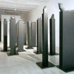 Künstlich gemacht, 2008, Objekte auf schwarzen Säulen, Kunstforum Solothurn